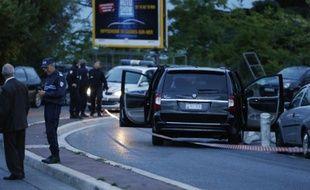 Des enquêteurs autour du véhicule dans lequel Hélène Pastor a été attaquée le 6 mai 2014