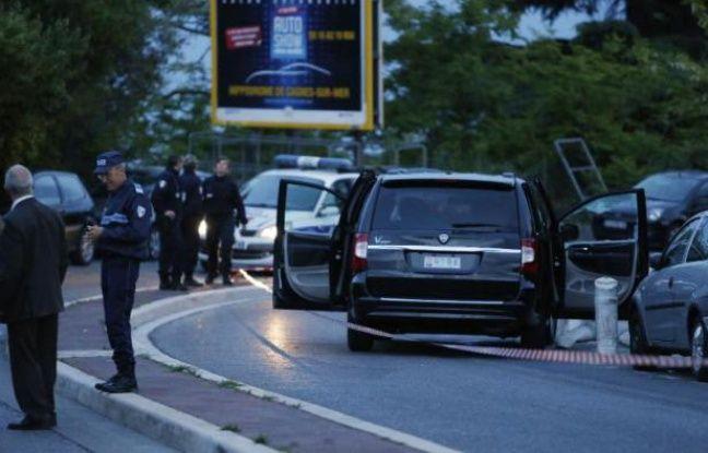 Des enquêteurs autour du véhicule dans lequel Hélène Pastor a été assassinée le 6 mai 2014 à Nice