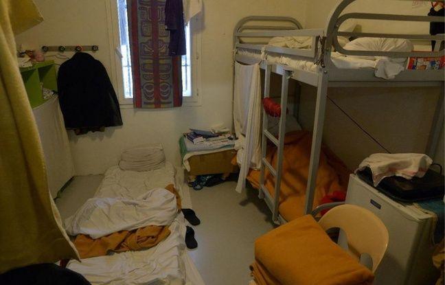 Parfois, les détenus utilisent une serviette de bain comme rideau en cellule