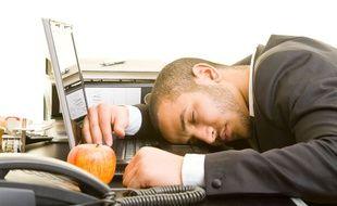 Un homme dort au travail.