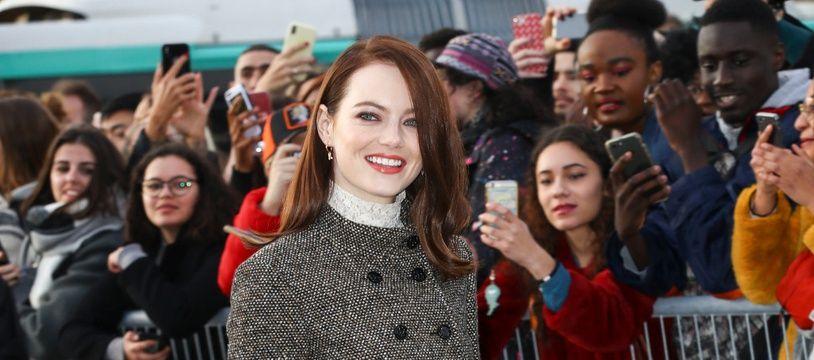 L'actrice Emma Stone avant le défilé Louis Vuitton à Paris