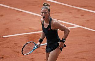 La Grecque Maria Sakkari réagit en affrontant la Polonaise Iga Swiątek lors de leur match en quart de finale de Roland-Garros, le mercredi 9juin 2021, à Paris.
