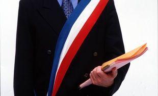 Un conseiller municipal peut porter l'écharpe tricolore dans certaines conditions, lorsqu'il remplace ou représente le maire. Illustration.