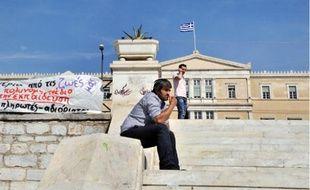Sur les marches du parlement grec, vendredi, la population semblait résignée.