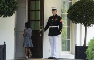 Un Marine tient la porte alors que Gianna Floyd, la fille de George Floyd, entre à la Maison Blanche, mardi 25 mai 2021, à Washington.