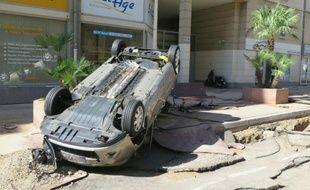 Une voiture renversée par les intempéries dans les rues de Cannes le 4 octobre 2015