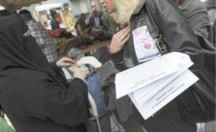 Une membre de l'équipe de campagne de Dieudonné, hier, sur le marché de Bobigny.