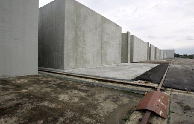 Vue prise des cases de stockage de déchets radioactifs du centre de stockage FMA (faible et moyenne activité) de l'Andra (Agence nationale pour la gestion des déchets radioactifs), le 28 novembre 2005 à Soulaines-Dhuys.