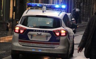Illustration d'une voiture de police circulant dans les rues de Rennes.