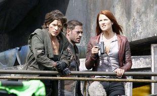 Milla Jovovich (à g.), sur le tournage de « Resident Evil : The Final Chapter ».