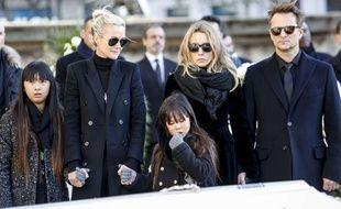 Laeticia Hallyday, ses deux filles, David Hallyday et Laura Smet devant le cercueil de Johnny Hallyday, le 9 décembre 2017, à la Madeleine.
