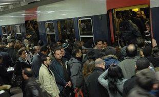 Illustration de la cohue sur les quais du RER à la gare du nord.