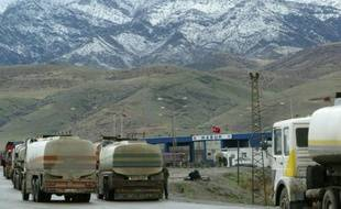 Des camions-citerne traversent la frontière turque, en février 2003