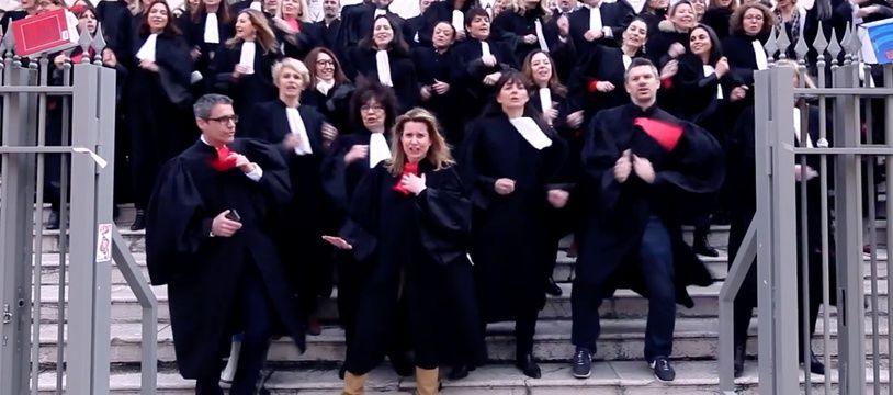 Les avocats niçois ont réalisé leur vidéo sur les marches du palais de justice, mardi