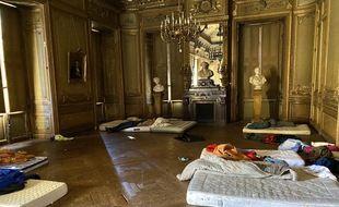 Plusieurs matelas ont été posés à même le sol dans un de salons du Grand-Théâtre