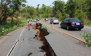 La route près de Chang Mai a été endommagé par un important séisme lundi 5 mai 2014.