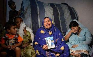 """""""Mon fils est allé se recueillir sur la tombe de son père, mais il n'est jamais revenu. Nous avons retrouvé son corps mutilé dans un sac"""", raconte, secouée de sanglots, Shahida, mère éprouvée par les pires violences en deux décennies dans la mégapole économique du Pakistan."""