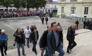 Les huit ex-salariés de Goodyear au tribunal d'Amiens, le 19 octobre 2016.