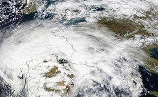 Vue satellitaire prise en février 2010, au moment où la tempête Xynthia a frappé l'Europe.