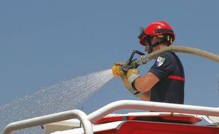 Environ 200 pompiers sont mobilisés pour lutter contre l'incendie (illustration).
