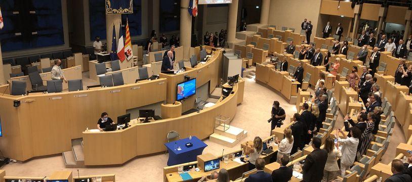 Les élus de la majorité du conseil régional de Paca applaudissent Renaud Muselier le jour de sa réélection
