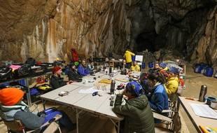 Quatorze volontaires sont enfermés, sans lumière naturelle, depuis douze jours dans la grotte de Lombrives.