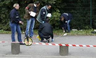 La police cherche des indices après avoir tué par balle un homme armé de deux couteaux qui agressait une gardienne de la paix à Corbeil-Essonnes , le 20 octobre 2015