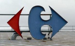 Le groupe de grande distribution Carrefour a annoncé mardi avoir signé un accord avec le groupe Rewe pour l'acquisition des 86 supermarchés de la société Billa Roumanie