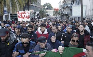 En Algérie, les manifestations prennent de l'ampleur contre un cinquième mandat de Bouteflika.