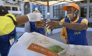 Distribution de la tisane CVO, à Antananarivo, le 23 avril 2020.