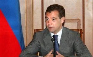 Le président russe Dmitri Medvedev a signé samedi le plan de paix avec la Géorgie, mais, sur le terrain, les forces russes renforçaient encore leurs positions en territoire géorgien, se positionnant à une trentaine de kilomètres de Tbilissi.