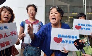 Des familles de victimes chinoises du vol MH370 à Pékin, le 6 août 2015.