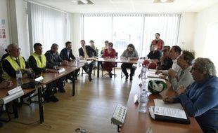 Le ministre de l'Economie Emmanuel Macron (2e à g) discute avec les syndicalistes à l'usine du Creusot d'Areva, dans l'est de la France le 2 mai 2016
