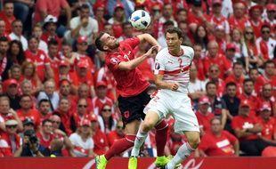 L'Albanais Lenjani et le Suisse Lichsteiner à la lutte