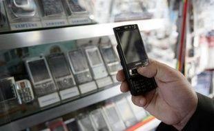 """Le secrétaire d'Etat à l'Industrie, Luc Chatel, a fixé jeudi à environ 206 millions d'euros le coût de la quatrième licence de téléphonie mobile, le jour où le principal candidat, Free, se dit """"prêt à payer"""" 210 millions."""