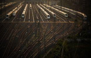 Une photo prise le 8 avril 2020 montre des trains à grande vitesse se préparant à fonctionner dans la gare de Wuhan, capitale de la province du Hubei en Chine.