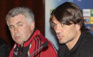 Paolo Maldini (au premier plan) devant Carlo Ancelotti, le 10 avril 2007, lors d'une conférence de presse en Ligue des champions.