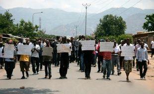 Des manifestants réclament la fin des violences au Burundi pendant les funérailles d'un journaliste et de sa famille le 20 octobre 2015