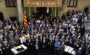 Le président du gouvernement régional de Catalogne Artur Mas (c) à Barcelone le 4 octobre 2014, entouré de 900 représentants des villes de Catalogne qui sont favorables à un référendum