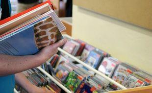 Illustration d'un homme empruntant des livres à la bibliothèque. Ici lors d'une braderie de livres à Rennes en 2011.