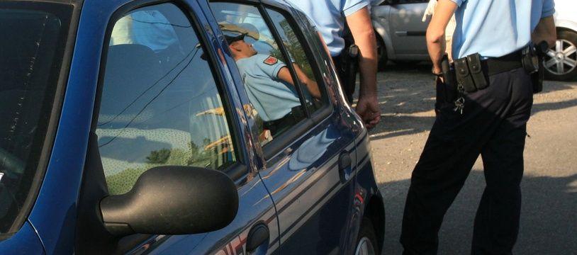 Voiture de gendarmerie. Gendarmes. (Illustration)