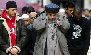 Le prêcheur radical britannique Abou Hamza à la mosquée de Finsbury Park à Londres, le 2 avril 2014