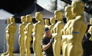 Des statues des Oscars installées au Dolby Theatre, sur Hollywood Boulevard.