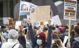 Des milliers de femmes manifestent contre Donald Trump.