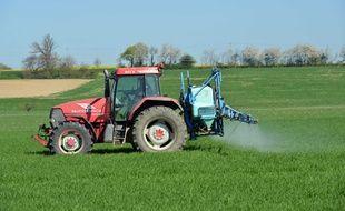 Illustration d'un agriculteur pulvérisant du désherbant dans son champ.