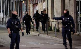 Des policiers patrouillent dans les rues d'Avignon, mercredi 5 mai 2021.