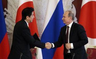 Moscou et Tokyo ont exprimé lundi leur détermination à négocier pour surmonter leur conflit territorial sur les îles des Kouriles du Sud réclamées par le Japon, au cours de la première visite officielle en dix ans d'un chef du gouvernement japonais en Russie.