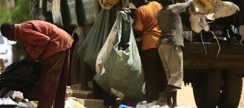 Des agents municipaux nettoient les rues de la capitale soudanaise, Khartoum, le 12 juin 2019.