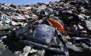 Une pile de gilets de sauvetage utilisés par des migrants à Lesbos (Grèce), le 23 septembre 2019.