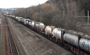Capture d'écran de la vidéo du départ complet du premier train de fret de 1.500 mètres de long à Sibelin (Rhône)